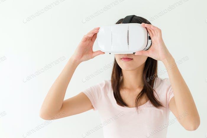 Frau, die virtuelle Realität trägt