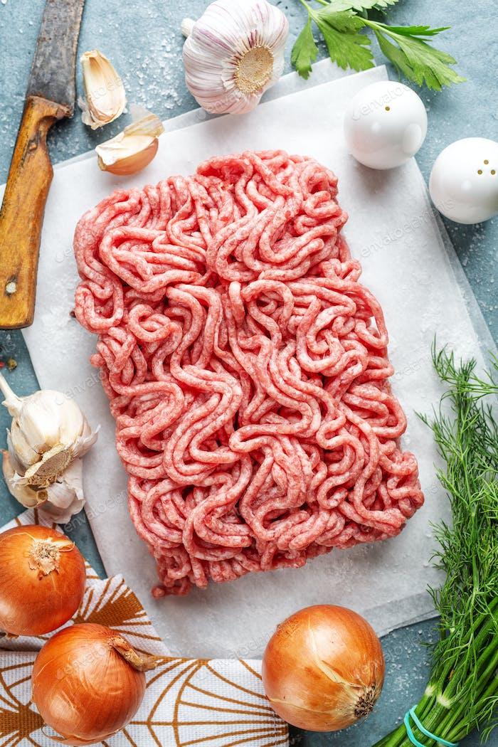 Frisches Hackfleisch zum Kochen bereit