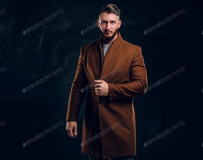 Портрет стильного мужчины в полусезонном пальто. Мужская красота, сезонная мода