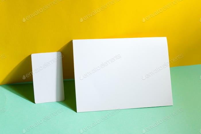 Leere Briefpapier-Set Visitenkarten und Broschüre auf Duotone-Hintergrund mit Schatten