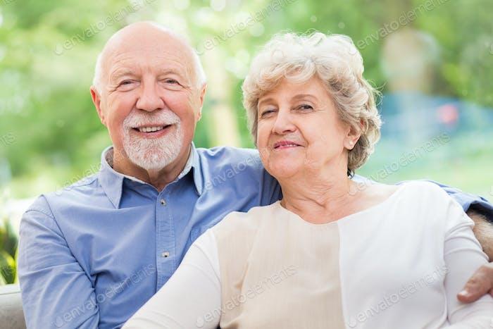 Niedlich senior paar siting zusammen zu Hause