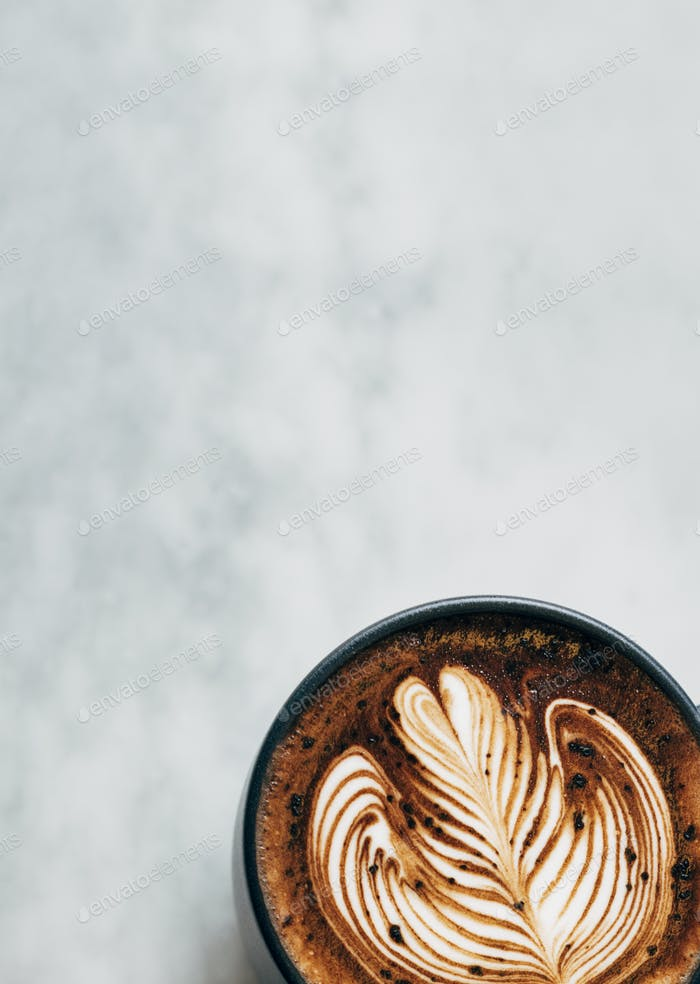Heiße Kaffeetasse auf einem Tisch