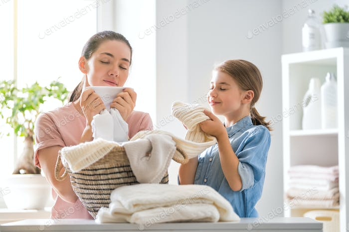 Familie tun Wäsche zu Hause