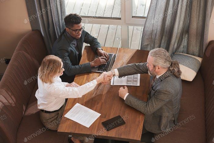 Geschäftsleute, die anfangen zusammenzuarbeiten