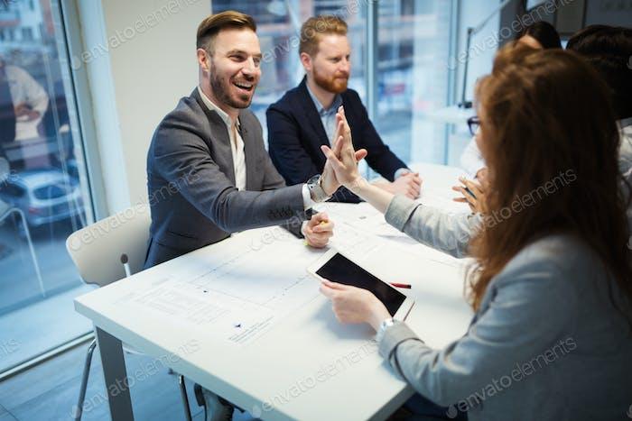 Glückliche Geschäftsleute, die Erfolg erzielen