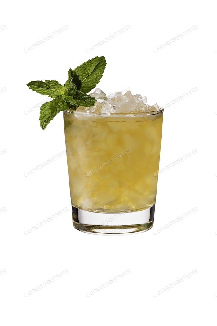 Erfrischender Bourbon Mint Julep Cocktail auf Weiß