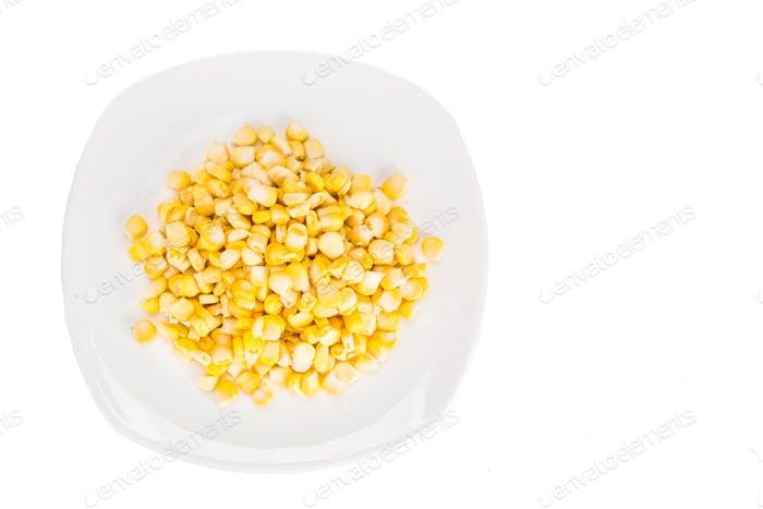 Oberansicht von frischen Maiskörnern auf Platte