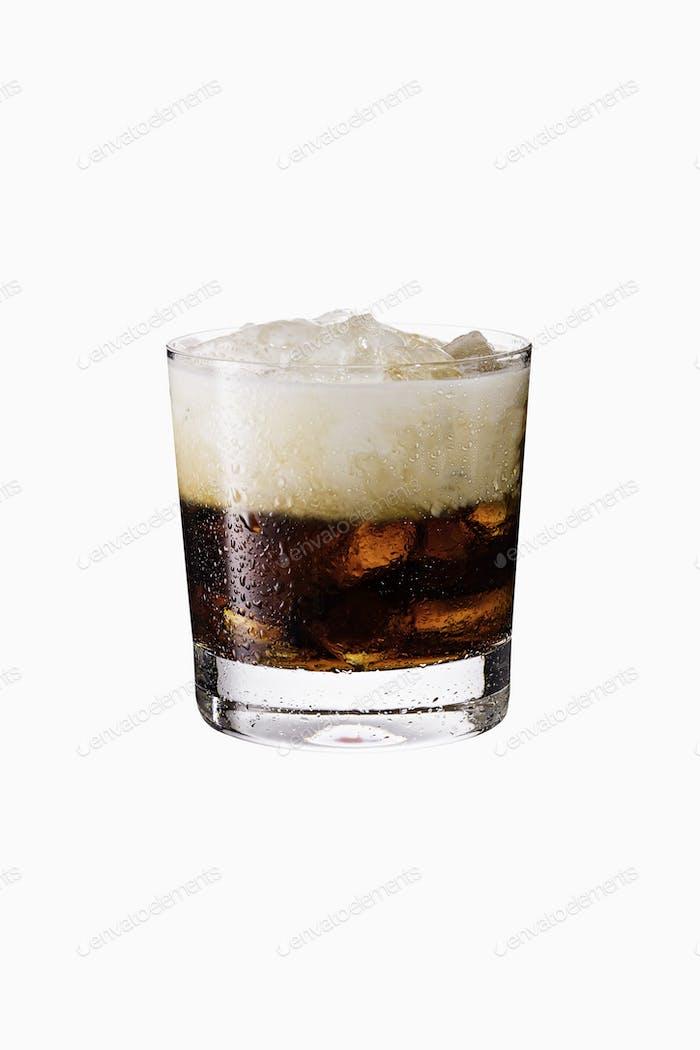 Erfrischende weiße russische Cocktail auf Weiß