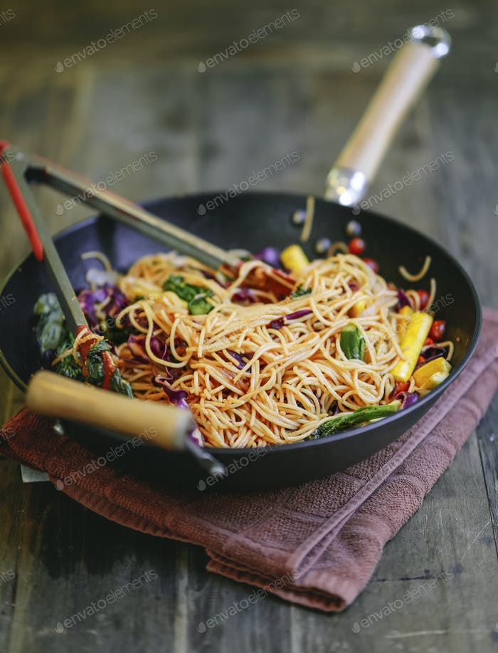 gebratene Spaghetti mit Bio-Gemüse umrühren