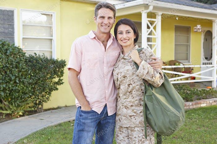 Mann Begrüßung Frau nach Hause auf Armee verlassen
