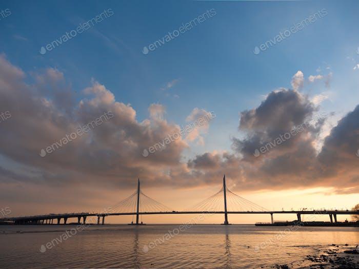 Schöne Brücke über den Fluss auf den Kabeln ist Straße
