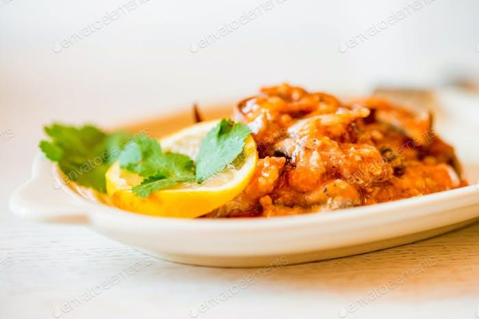 Hausgemachter Fischeintopf mit Tomatenfüllung auf dem Teller