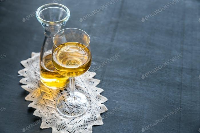 Glas Weißwein im Vintage-Dekor