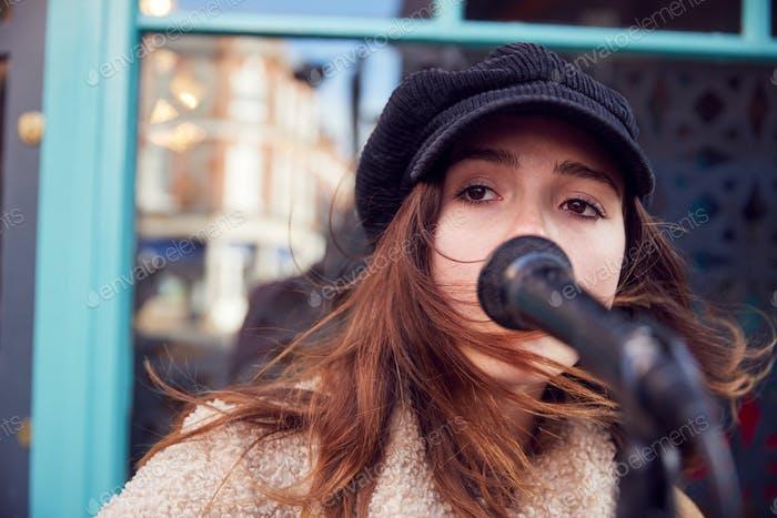 Mujer Músico Busking Cantando Al Aire Libre En Calle