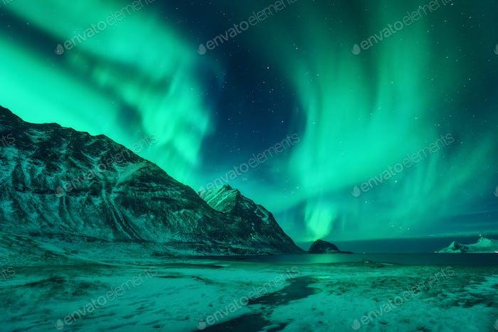 Horizontal de invierno con luces del norte en Noruega