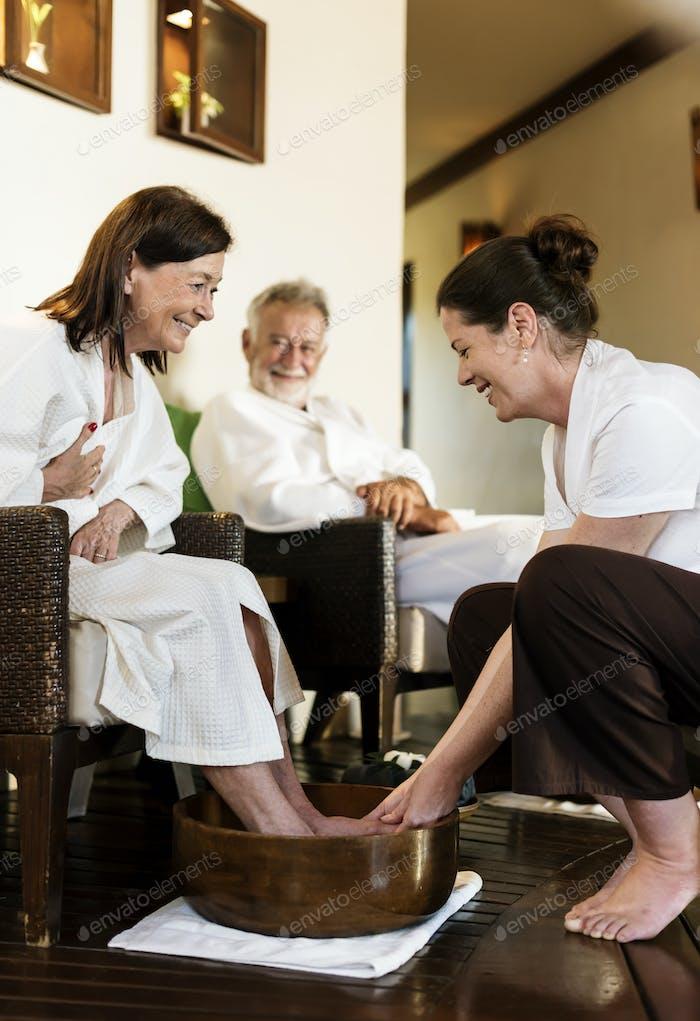 Seniorenpaar entspannen mit einer Spa-Behandlung