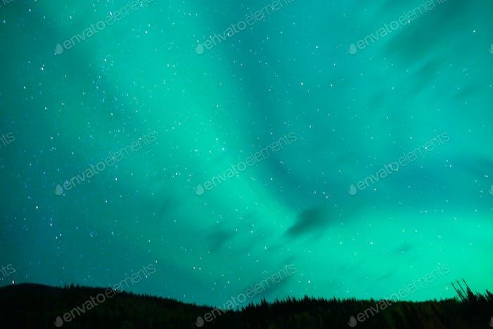 Die Aurora Borealis taucht durch Wolken entfernt Alaska