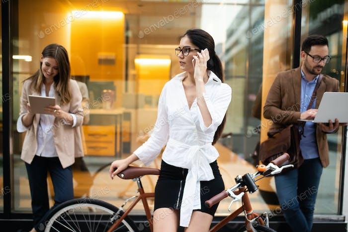 Junge Geschäftsleute im Freien arbeiten, Brainstorming. Technologiekonzept