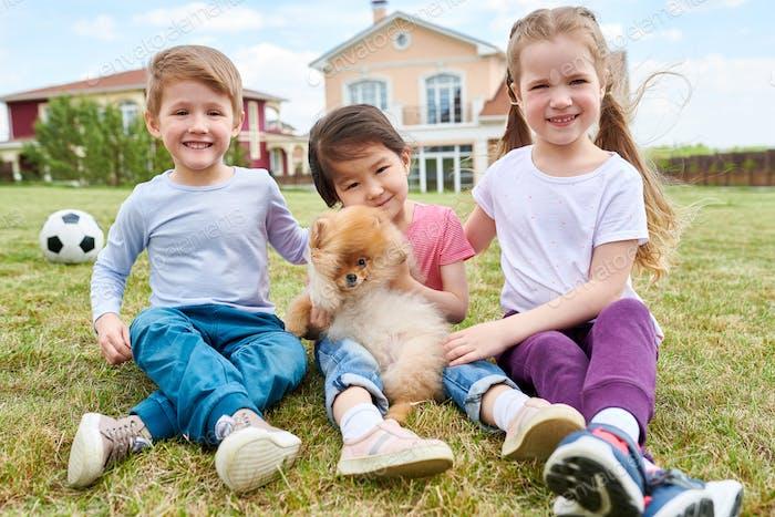 Happy Kids spielen mit Welpen