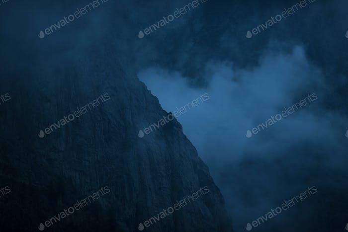 Bewölkte Berge bei Nacht