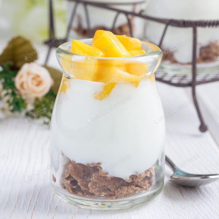Frühstücks-Dessert mit Kleieflocken, Joghurt und Mango, quadratisch