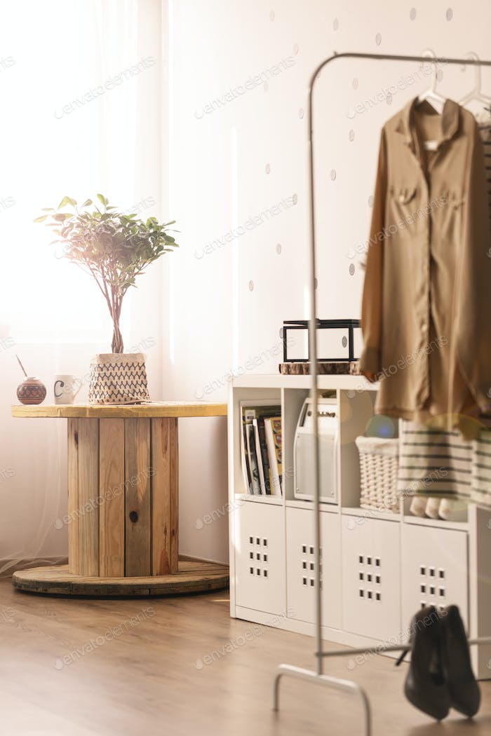 Room with cable spool table