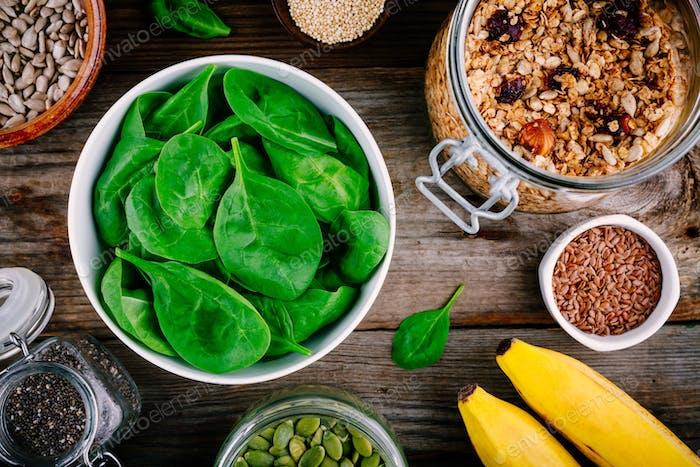 Zutaten für grüne Spinat-Smoothies: Bananen, Müsli, Chiasamen