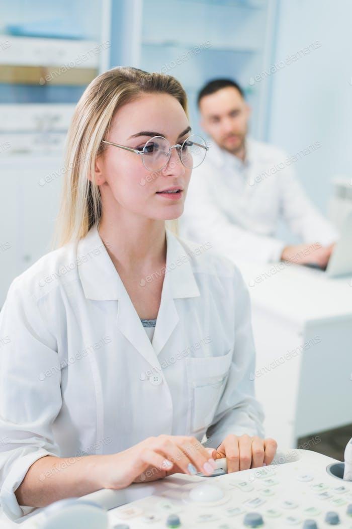 Forscher-Team arbeiten an Computer Scientific Analysieren von Daten aus wissenschaftlichen Test in der Chemie