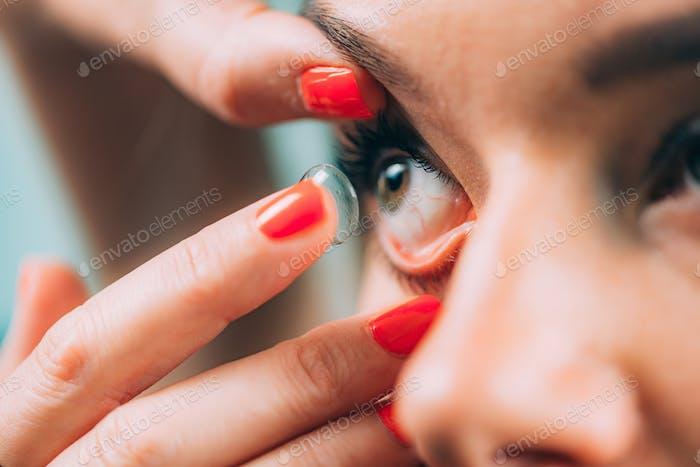 Oftalmología. Inserción Suave de la lente de contacto.