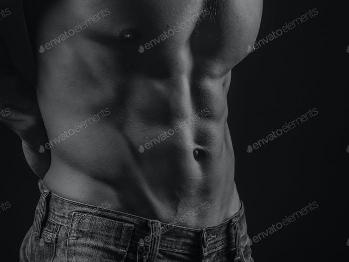 Bauchmuskeln eines fit jungen Mannes