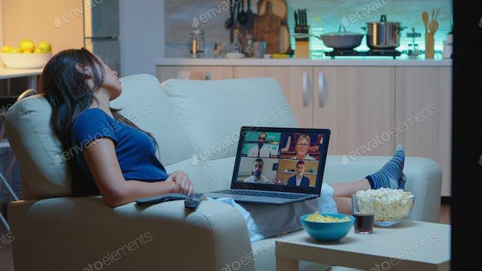 Señora teniendo reunión en línea con socios