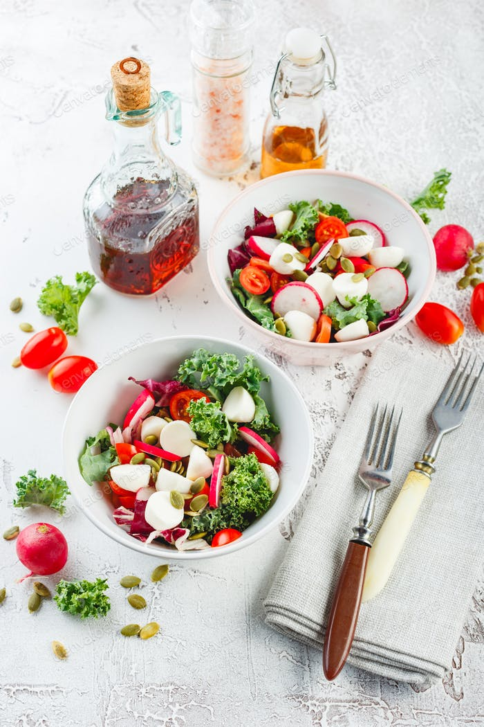 Salat mit Kirschtomaten, Radsh und Mozzarella, Salatmischung