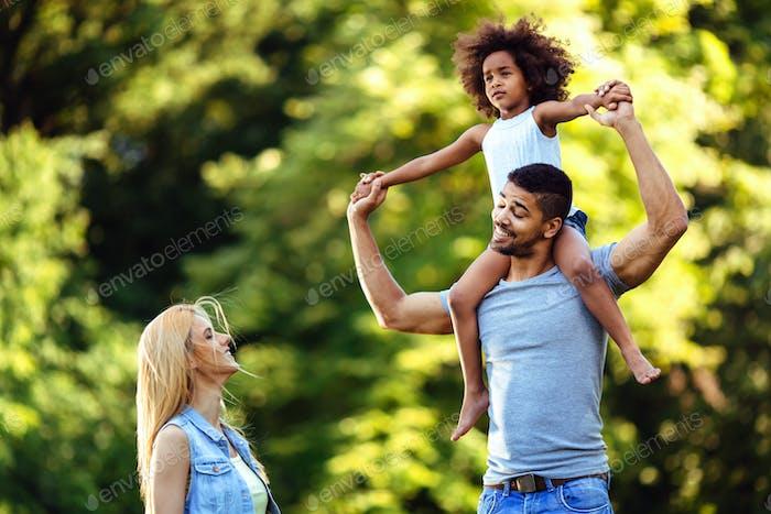 Bild des glücklichen jungen Paares verbringen Zeit mit ihrer Tochter