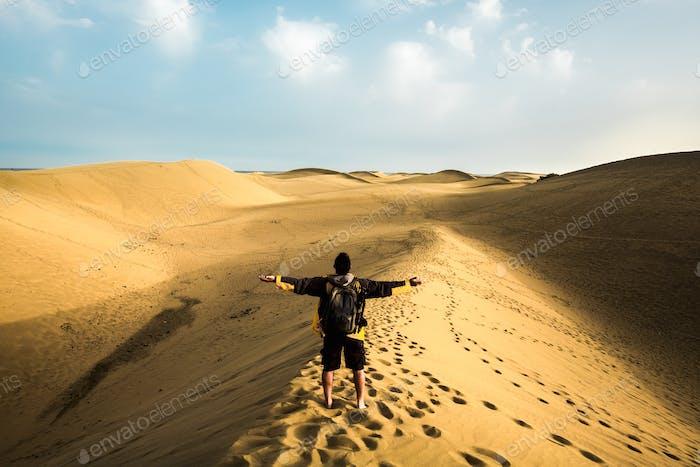 abrazando la libertad y el sentimiento de la naturaleza para el hombre solitario haciendo turismo trekking en el desierto