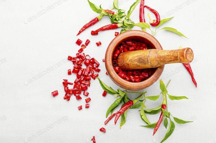 Geschnittene rote Chili oder Cayennepfeffer