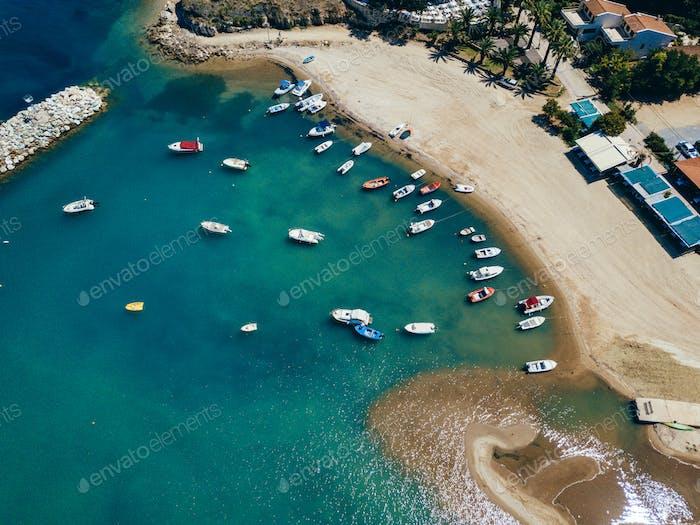 Landschaft mit Booten in Marina Bucht. Oben Blick auf den Hafen mit Segelboot