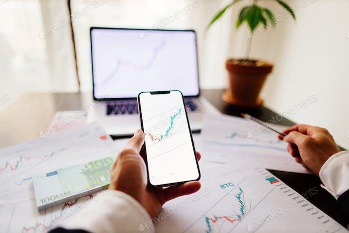 análisis de tendencias de precios del corredor de bolsa de inversión