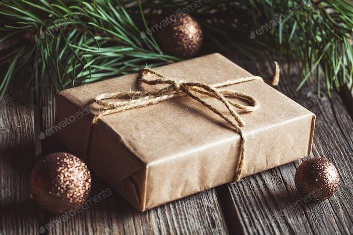 Weihnachten und Neujahr Hintergrund mit Zweig, Dekorationen und Geschenken verpackt in Bastelpapier