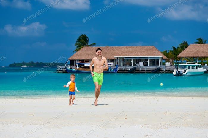 Kleinkind Junge am Strand mit Vater