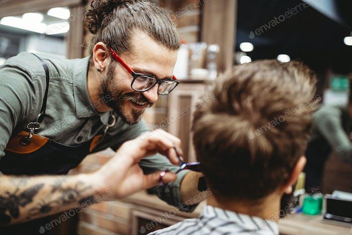 Kunde bei Bart und Schnurrbart Pflege im Friseurladen