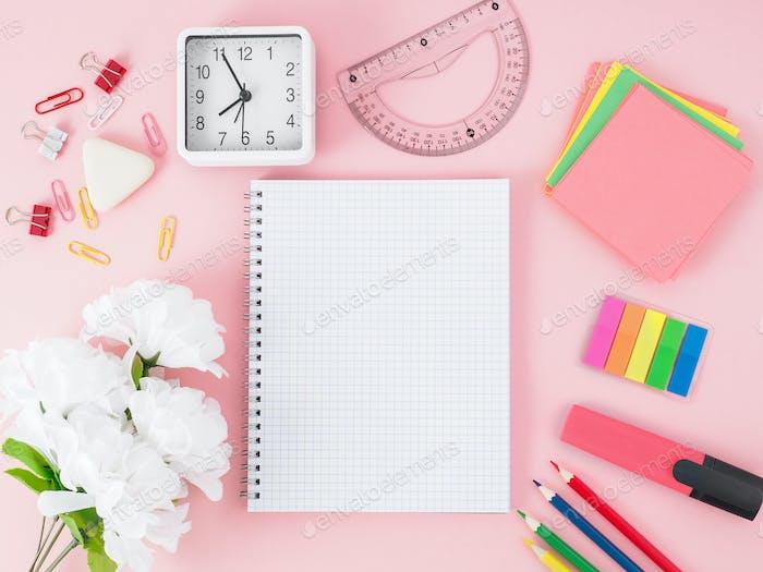Draufsicht des rosa Büro-Desktops