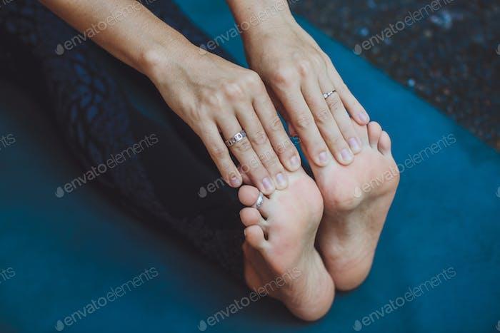 Athletische Frau streckt ihre Beine im Freien
