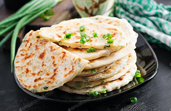 Pan tradicional indio. Pan de pita con cebolla verde. Cebolla naan.
