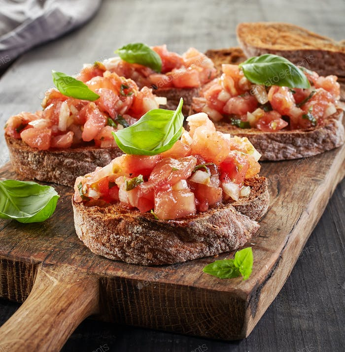 toasted bread with chopped tomatoes