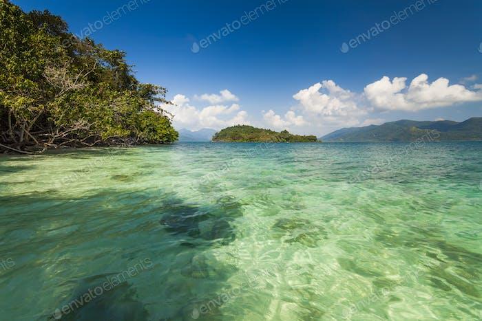 Erstaunliche Aussicht von den Ufern einer tropischen Insel. Koh Chang