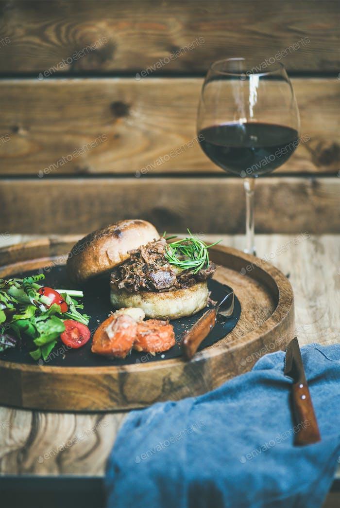 hausgemachte Pulled Schweinefleisch Burger mit Krautsalat und BBQ-Sauce