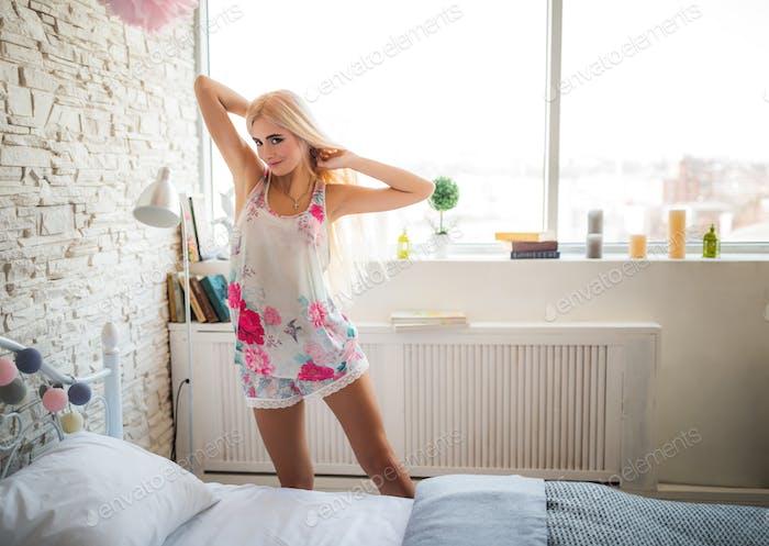 Очаровательная блондинка в нежном спальном