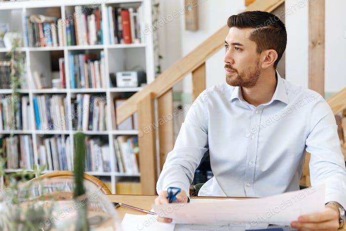 Junger Mann Architekt im Büro