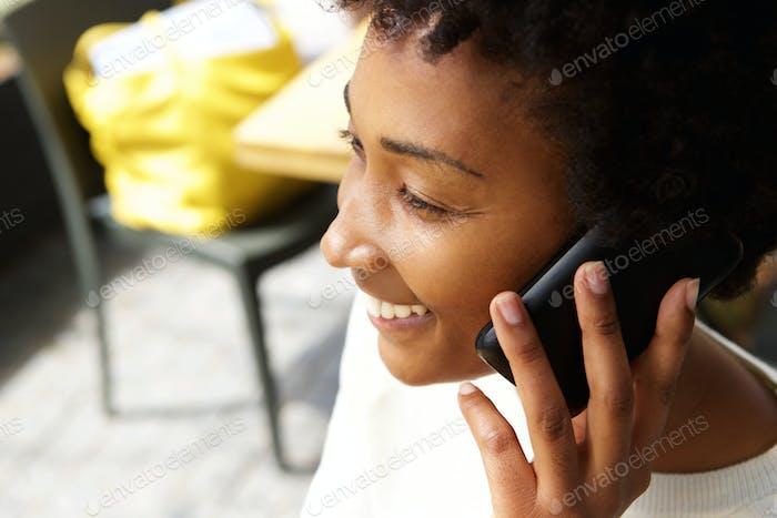 Junge afrikanische Frau im Gespräch auf dem Handy