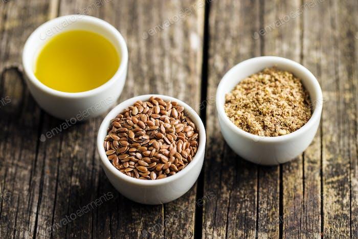 Gesunde braune Leinsamen, gehackte Leinsamen und Öl.